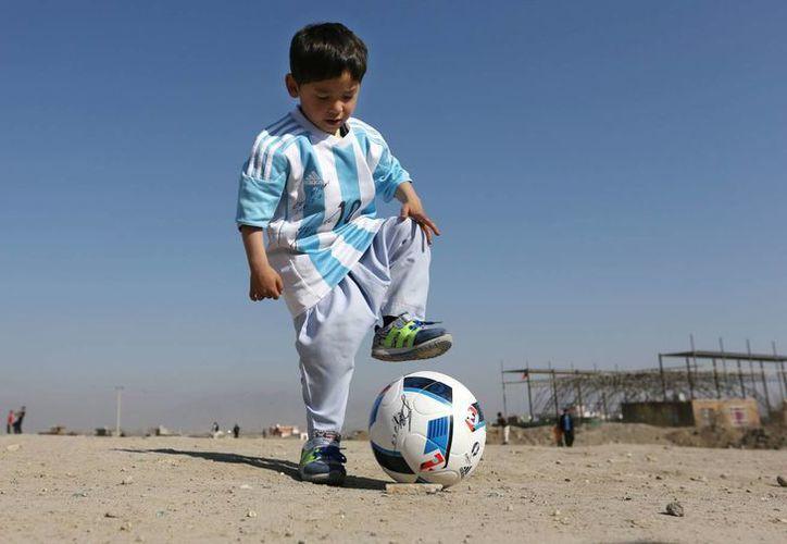 Murtaza aún sueña con conocer a Lionel Messi, sin embargo, su vida se convirtió en una pesadilla que obligó a su familia a dejar su hogar. (AP/ RT)