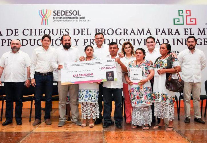 Imagen de la entrega de cheques del del Programa para el Mejoramiento de la Producción y Productividad Indígena de parte del gobernador Rolando Zapata Bello. (Milenio Novedades)