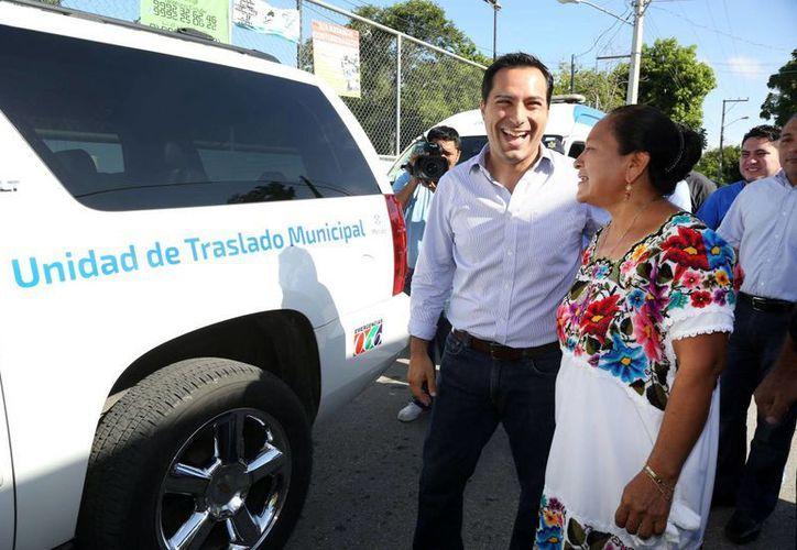 El Alcalde de Mérida conversa con la comisaria de San José Tzal, durante la entrega de una camioneta, esto en congruencia con la reorganización administrativa del Ayuntamiento. (Milenio Novedades)