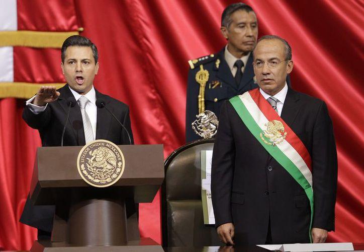 El momento en que Enrique Peña Nieto rindió la protesta de ley. (Agencias)