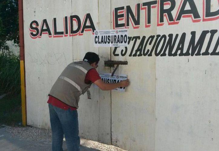 Personal de Fiscalización y Cobranza se encargó de la suspensión de actividades del lugar, donde se colocaron dos sellos en la puerta que tiene salida por la calle 2 y uno en la que da a la avenida 20. (Irelis Leal/SIPSE)