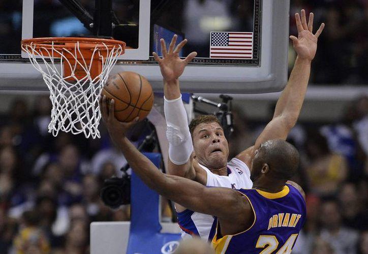 Por los Lakers se destacó un fatigado Kobe Bryant (25 puntos, 10 asistencias y 7 rebotes en 47 minutos). (EFE)
