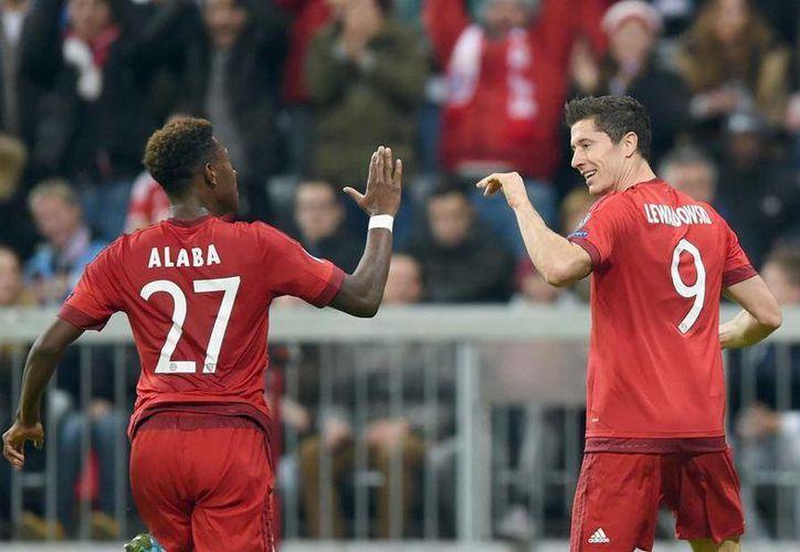 Robert Lewandowski (d), el delantero más letal del mundo en este momento, le metió 3 goles al Dínamo Zagreb en juego ganado 5-0 por Bayern en Champions League. En la foto, Lewandowski con David Alaba. (mundodeportivo.com)