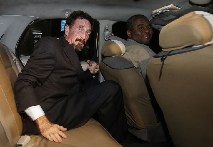 McAfee a bordo de un taxi en Miami. (Agencias)