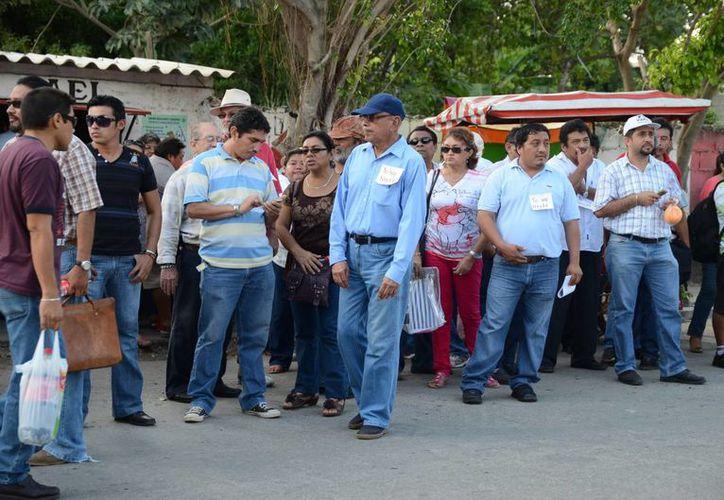 Maestros protestaron en la puerta del edificio de la Secretaría de Educación de Yucatán, en apoyo a una profesora de Educación Indígena de Ticul, que fue despedida. (Milenio Novedades)