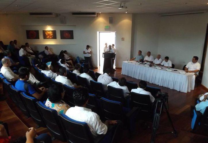El presidente de la Asociación Mexicana de Geografía y Estadística, Julio Zamora Bátiz, ofreció una conferencia ayer en la Uqroo Riviera Maya. (Luis Ballesteros/SIPSE)