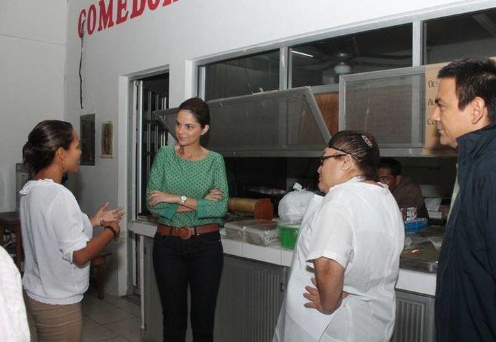 La presidenta del DIF platica con el personal del Cendi. (Cortesía/SIPSE)