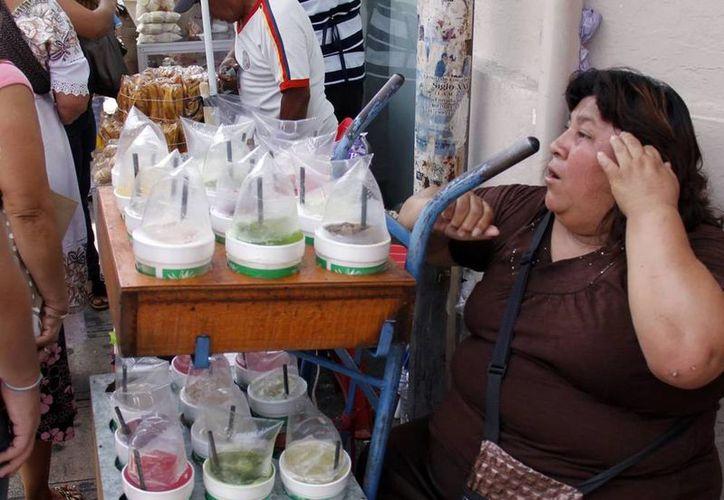 Las enfermedades diarreicas agudas y la hepatatis A tienen como causa directa la falta de higiene en el manejo de alimentos. Imagen de una vendedora de aguas frescas en el centro de Mérida. (SIPSE.com)