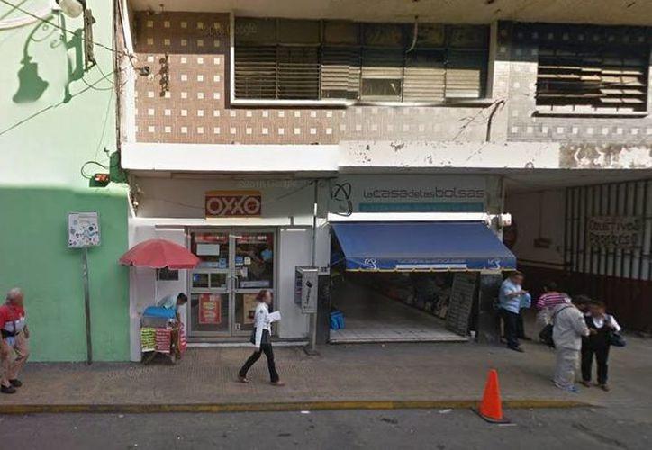 El viernes un sujeto desnudo ingresó al Oxxo de la calle 60 entre 65 y 67, sorprendiendo a los empleados y a clientes. Luego fue detenido. (Google Maps)