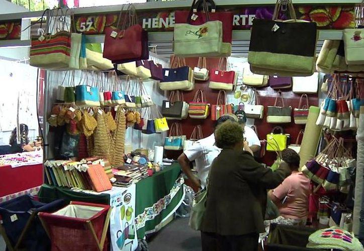 Los comerciantes trabajarán para incentivar a la sociedad para que el próximo año consuman productos yucatecos, medida que beneficiaría a los sectores económicos de Yucatán. Imagen de contexto de una tienda artesanal. (Milenio Novedades)