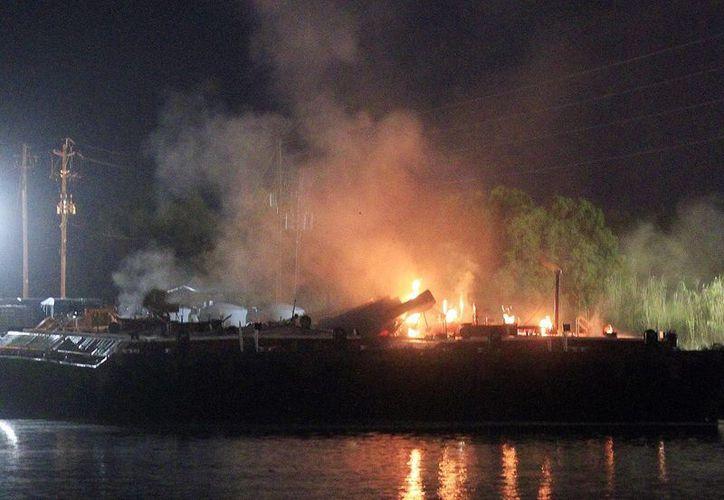 La explosión inicial ocurrió en un canal de navegación cerca del túnel George C. Wallace, que cruza por debajo el río Mobile. (Agencias)