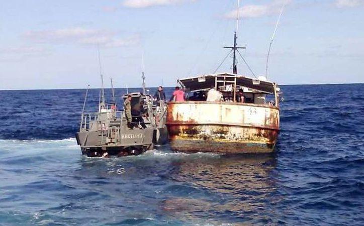 Elementos de la Marina rescataron a 11 cubanos que se encontraban a 475 kilómetros de Isla Mujeres. (Milenio Novedades)