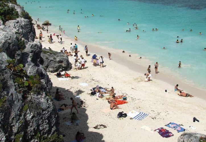 El calor incrementa la presencia de bañistas en las playas y en los cenotes de Tulum. (Rossy López/SIPSE)