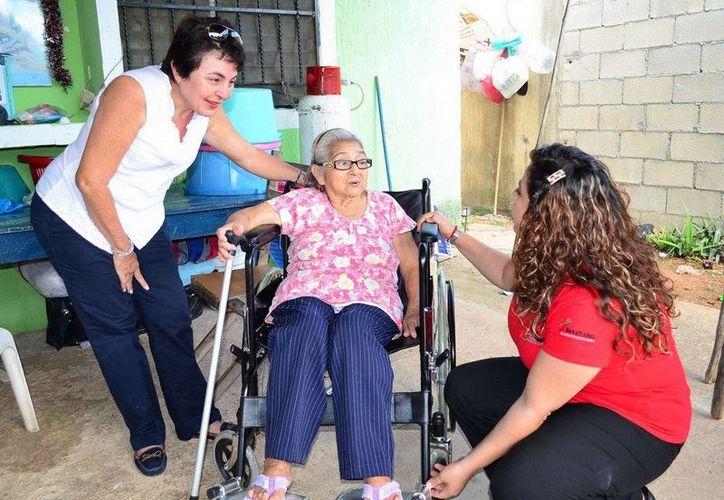 La señora Adolfina de la Rosa López, quien padece una enfermedad crónica degenerativa, agradeció el apoyo. (Redacción/SIPSE)