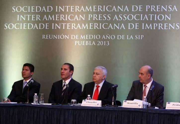 Al centro, el Gobernador de Puebla y el titular de la SEP. (Notimex)