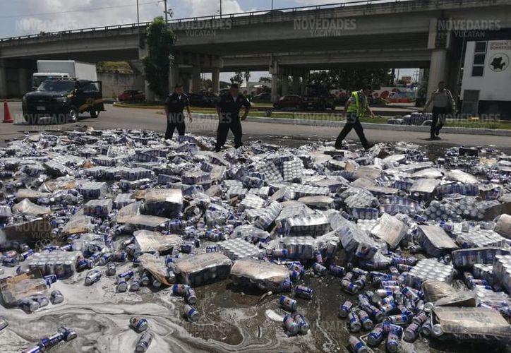 Ciento de latas de cerveza terminaron tiradas en el pavimento. (Jorge Acosta/Novedades Yucatán)