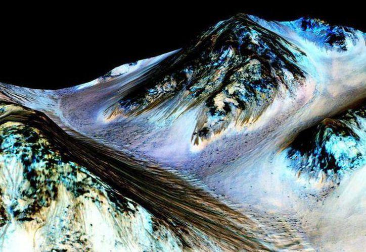 Fotografía facilitada por la Agencia Espacial de Estados Unidos (NASA) que muestra cauces conocidos como surcos lineales (RSL), supuestamente formados por agua líquida en Marte. (EFE)