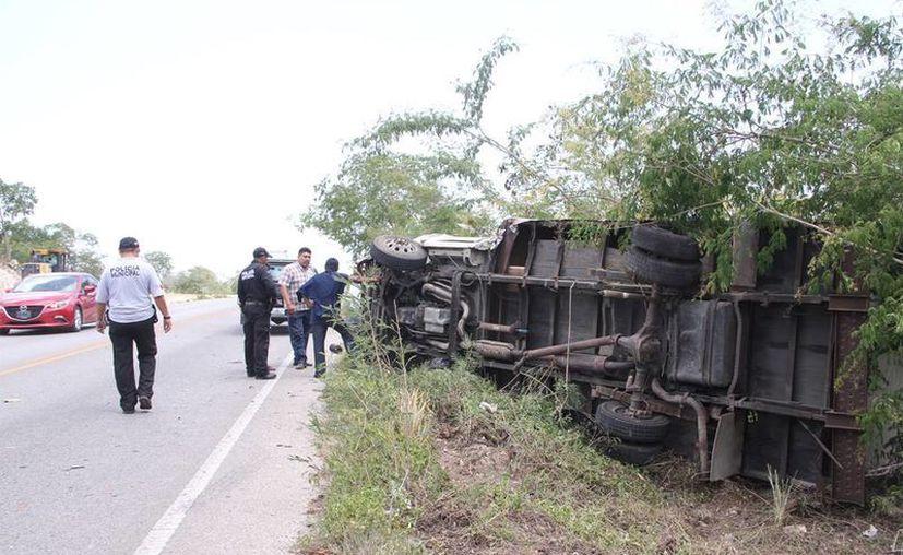 Imagen del vehículo pesado volcado en el km 31 de la carretera Mérida-Chetumal. (José Acosta/SIPSE)