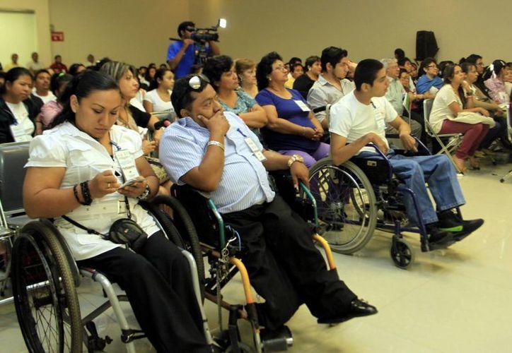 En la imagen, algunas personas con discapacidad que asistieron al evento y que trabajan para empresas socialmente responsables. (Milenio Novedades)