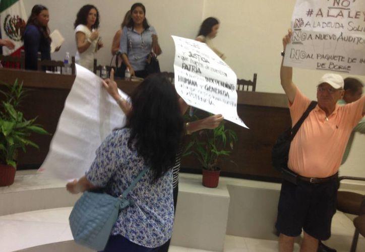 Tres personas se manifestaron pacíficamente. (Tomás Álvarez/SIPSE