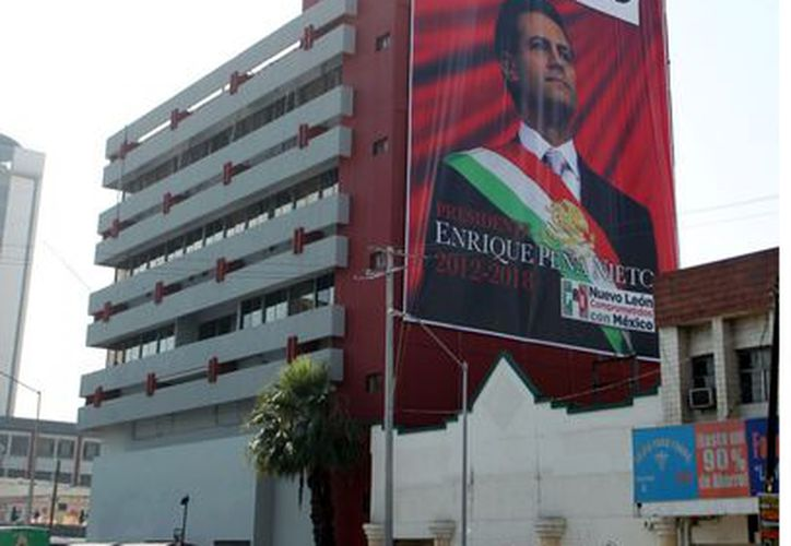 En las instalaciones del PRI de Nuevo León se colocó una mega lona con la imagen del Presidente Enrique Peña Nieto. (Agencia Reforma)