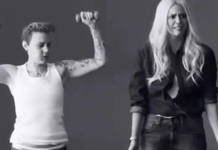 Justin Bieber y Lara Stone son objeto de mofa por parte del programa Saturday Night Live en un video donde se les parodia. (Captura de pantalla de YouTube)