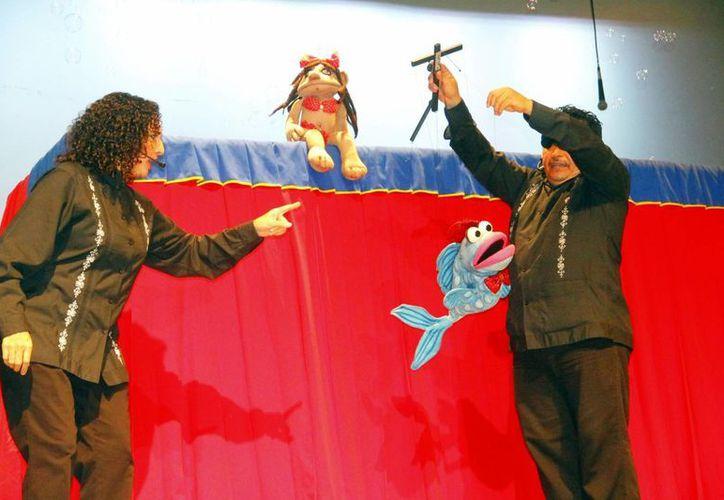 Ángel y Andrea se presentaron en la función especial para la asociación 'Doctor de Sonrisas', en el Daniel Ayala, con sus títeres para animar a todos los niños. (Milenio Novedades)