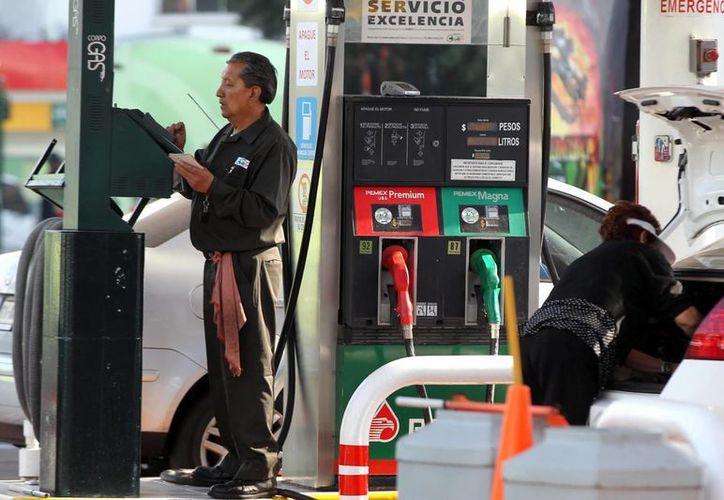 Los franquiciatarios reclamaron que Pemex condicionó la venta de combustibles a la contratación de un servicio de traslado. (Notimex/Archivo)