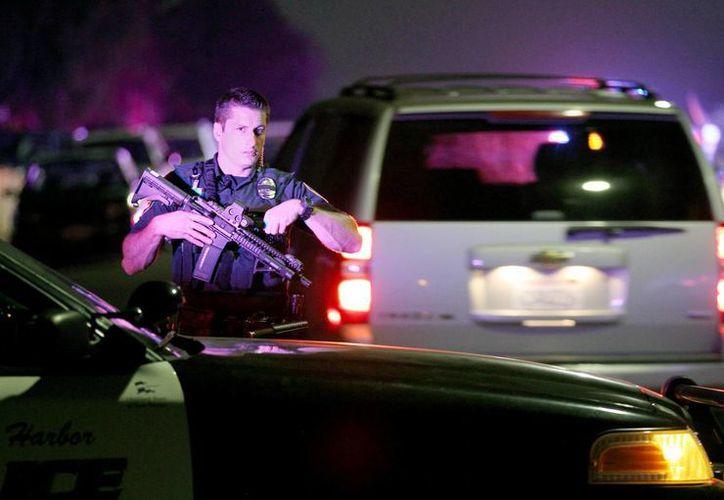 Un agente de la Policía del Puerto de San Diego en la escena del crimen en la esquina de la calle 39 y la avenida de Boston en San Diego, cerca de donde dos agentes de la Policía de San Diego recibieron disparos la noche de este jueves. (Juan Gastaldo / The San Diego Union-Tribune a través de AP)
