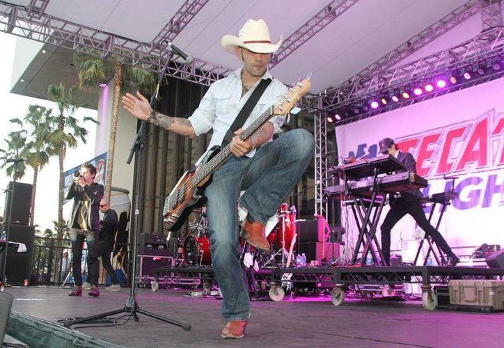 """El grupo mexicano Kinky es conocido por su mezcla de ritmos latinos con el """"acid"""" jazz, la electrónica y el rock.  (EFE)"""