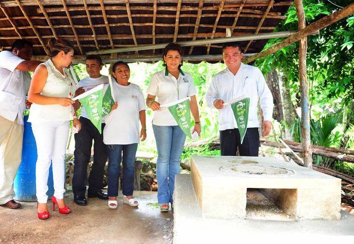 La presidenta del DIF Yucatán, Sarita Blancarte de Zapata, encabezó una gira por Cuncunul y Uayma. (SIPSE)