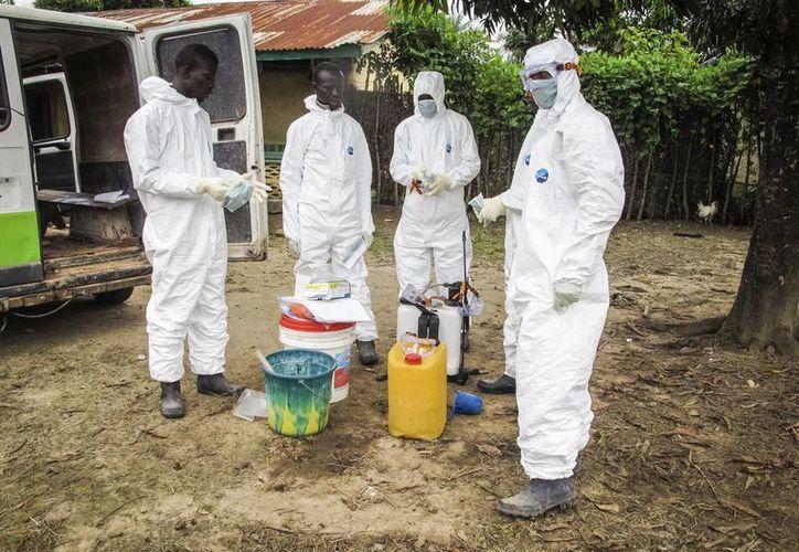 Ruanda anunció que los viajeros que lleguen desde EU y España serán revisados al llegar a ese país para evitar un contagio de ébola. (AP)