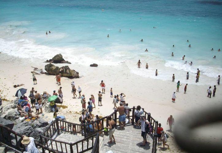 Paseantes invaden las playas del noveno municipio. (Rossy López/SIPSE)