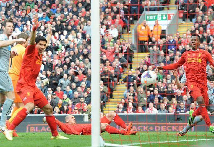 El delantero del Liverpool Daniel Sturridge (d) logra el 2-1 durante el partido de la Premier jugaron Liverpool y Newcastle United. (EFE/EPA)