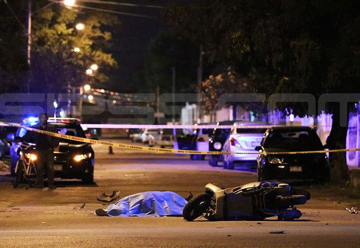 El cuerpo del infortunado quedó tendido sobre el pavimento. (Fotos: Victoria González/SIPSE)