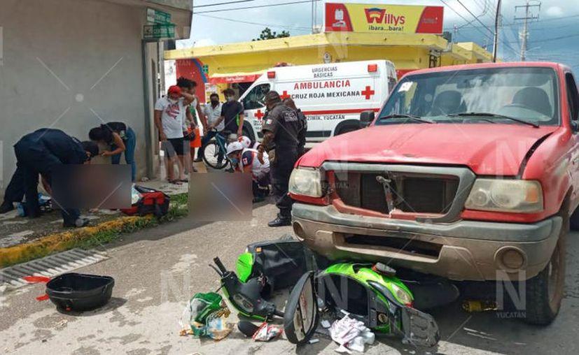Los dos pasajeros de la moto salieron disparados, llevándose un fuerte golpe y no podían ni levantarse. (Novedades Yucatán)