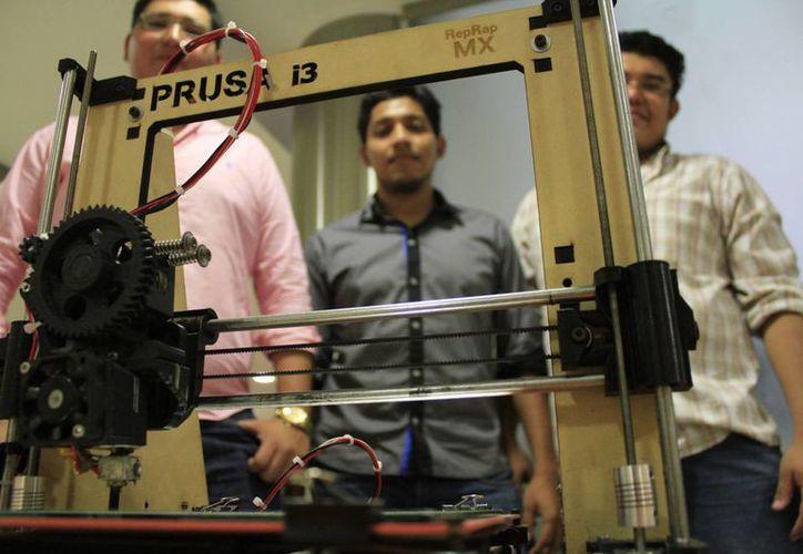 Tres estudiantes del ITC han fabricado ya ocho modelos de impresoras 3D; son los primeros en crear un equipo de este estilo en Quintana Roo.  (Sergio Orozco/SIPSE)