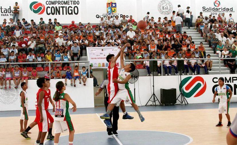 Algunos niños triquis jugaron descalzos, mientras que otros jugaron con zapatos deportivos. (Adrián Monroy/SIPSE)