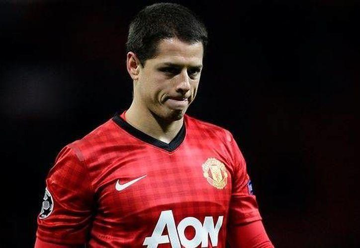 La mala racha de Javier Hernandez parece no terminar, pues el técnico holandés no muestra interés en mantenerlo en sus filas. (AP)