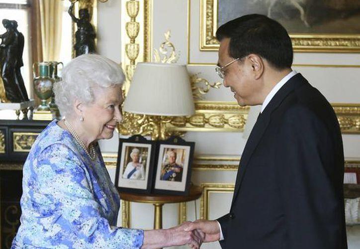 La reina Isabel II de Gran Bretaña recibe al primer ministro chino Li Keqiang en el Castillo de Windsor, en Londres. (Agencias)