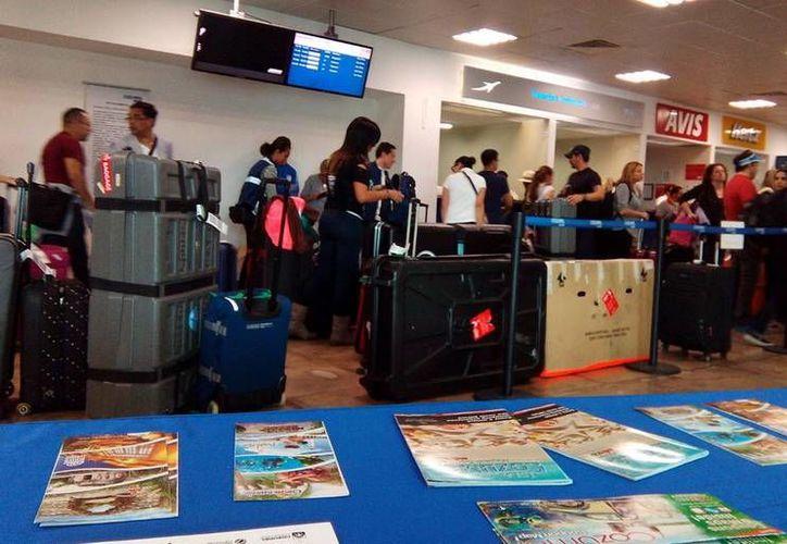 En el Aeropuerto de Cozumel se llenó con el arribo de  los atletas del Ironman 2015. (Redacción/SIPSE)