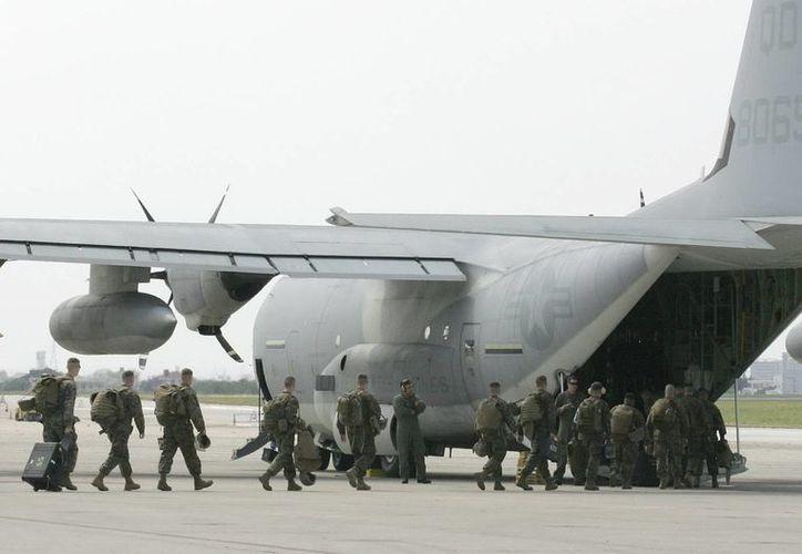 Marines estadounidenses abordan un avión Super Hercules KC-130J en una base aérea. (EFE)