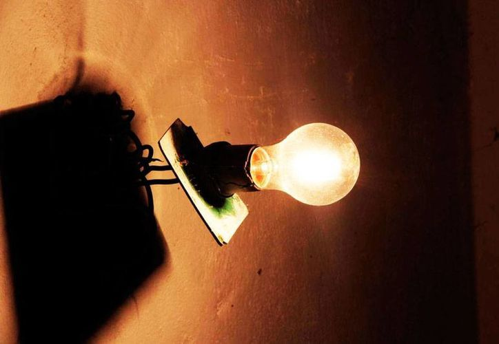 Luz y sombra para la economía de los yucatecos en el inicio de octubre: aumenta el salario mínimo, pero también la tarifa eléctrica. La imagen es únicamente ilustrativa. (Archivo/SIPSE)