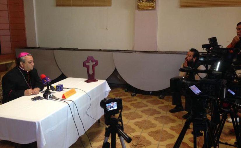 En rueda de prensa Monseñor Moreno Barrón informó que el párroco está delicado, pero fuera de peligro. (lopezdoriga.com)
