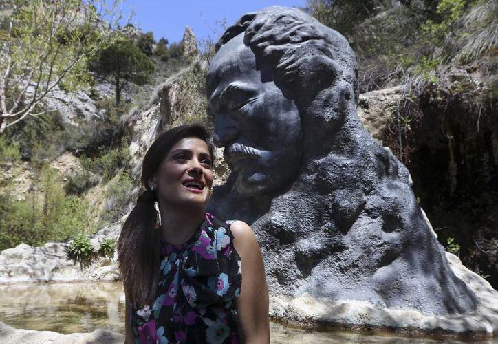 La actriz mexicana Salma Hayek durante su visita a la aldea de Bcharre, en El Líbano. (AP)