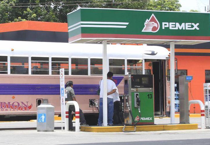 El 1 de enero del 2015 aumentará el costo del combustible un 3%. (Harold Alcocer/SIPSE)