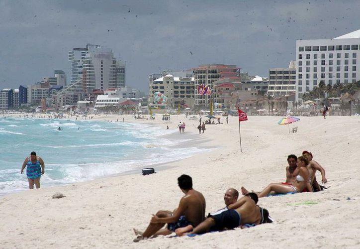 Se toman muestras en las playas públicas de Cancún para garantizar la calidad del agua de mar. (Redacción/SIPSE)