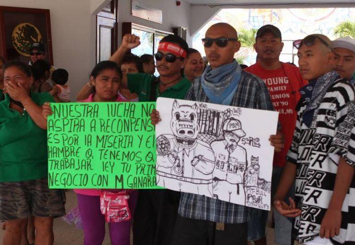 Los habitantes de la Colosio se manifestaron en el Palacio Municipal. (Adrián Barreto/SIPSE)