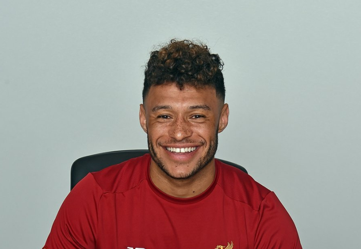 Alex Oxlade-Chamberlain, mediocampista internacional inglés, firmó un contrato con el Liverpool. (@LFC).
