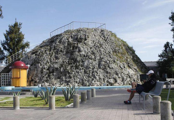Hace solo dos años las autoridades trabajaron para convertir a El Cuexcomate, el volcán más pequeño del mundo, en un punto turístico. (Notimex)